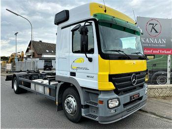 Containerbil/ växelflak lastbil Mercedes-Benz 1832 L Actros BDF Fahrschule (NO 1844/46/2541)