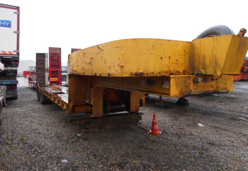 low loader semi-trailer Titan