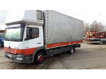 Ponyvás teherautó Mercedes-Benz 823